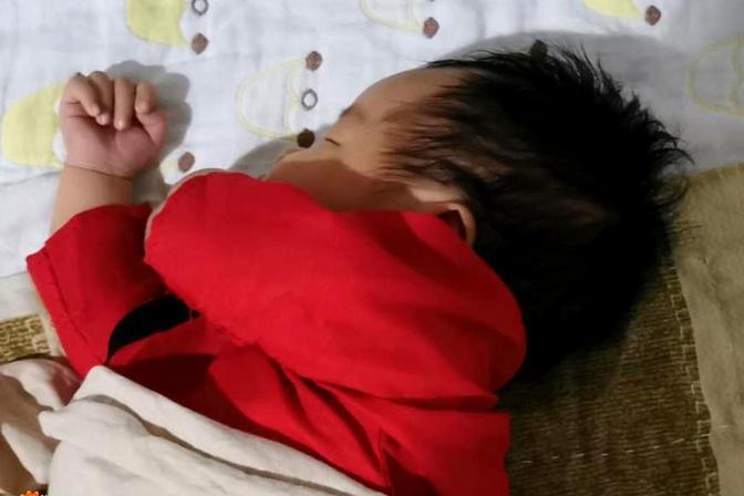 孩子睡觉外头歪脖子,教你一招矫正,完美头型睡回来