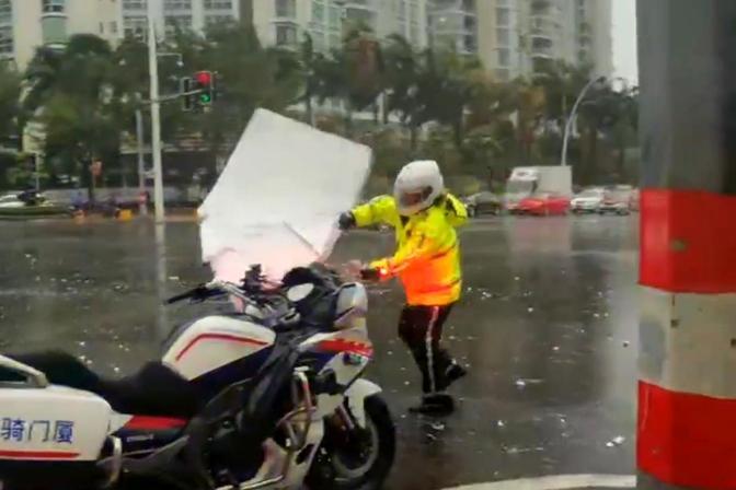 """台风""""米克拉""""登陆!厦门正面遭受袭击 狂风刮倒树木信号灯砸多车"""
