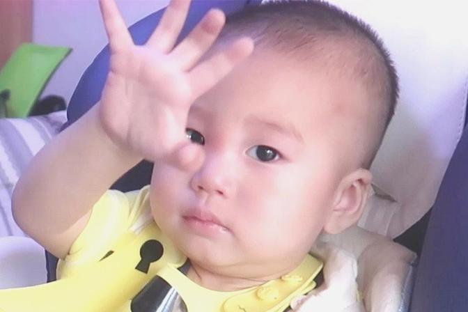 爸爸担心1岁小孩浪费粮食,不让宝宝自已吃,又想他多吃点怎么办