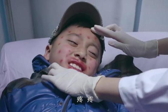 孩子身上过敏严重,谁知家长不信阻止治疗,下一秒就后悔了