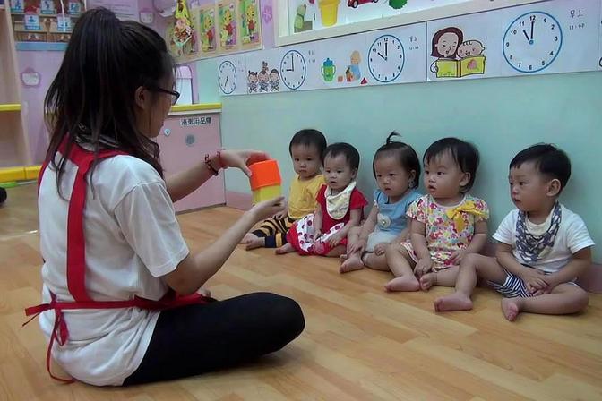 早教中心老师给两岁小宝宝们上课,这么小就开始学习真的合适吗?