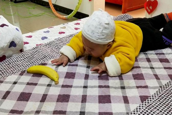 宝宝8个月大了还不会爬,无奈之下爸爸想出如此损招,宝宝很崩溃
