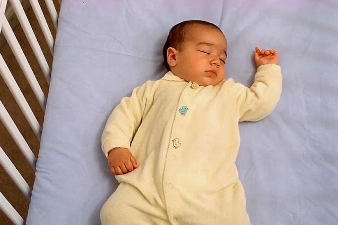 新生儿睡觉总喜欢歪着脖子,可能与这3个原因有关,宝妈别忽视了