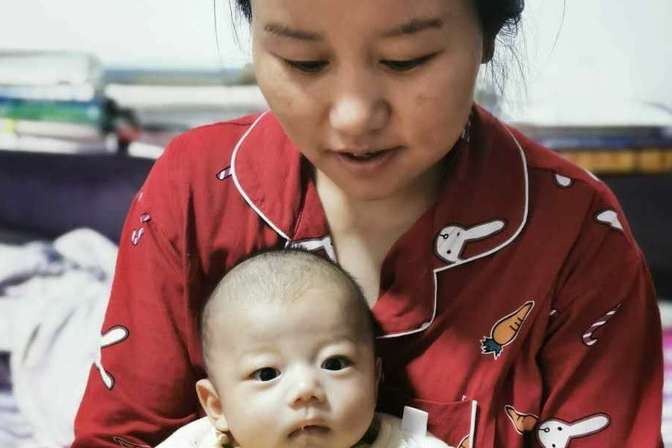 两个多月的宝宝一吃母乳就拉,宝爸吐槽:你的母乳是泻药吗