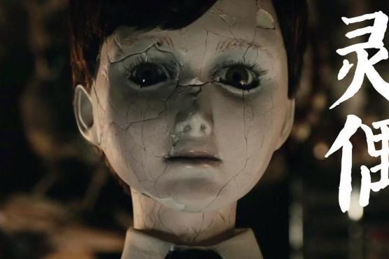 老夫妻把瓷娃娃当成亲生儿子,不仅每天叫他起床,还给他上音乐课