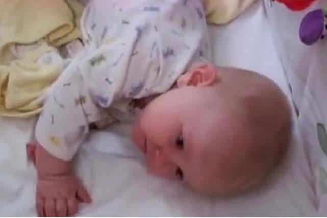 宝宝晚上总是喜欢趴着睡?长时间这样会不会对身体有影响呢?