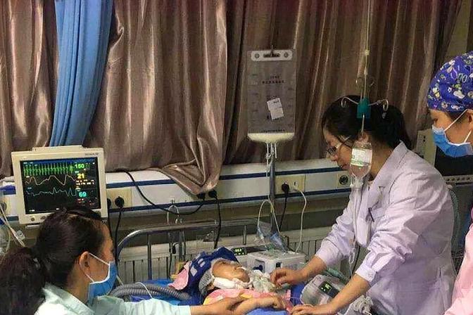 2岁女儿高烧不退,妈妈赶紧这样降温,医生看了摇摇头:太迟了
