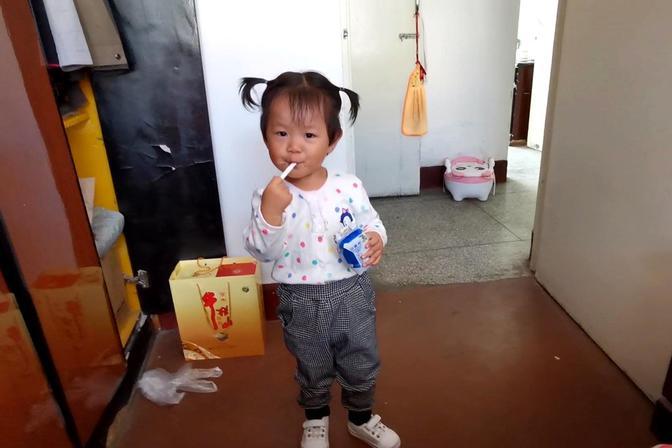 2岁的女儿喜欢喝酸奶,以为爸爸没喝过呢,过来馋爸爸?