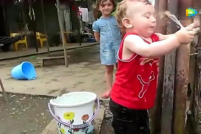 宝宝非要用手堵住水,下一秒自己都懵圈了,网友:有脾气的水龙头