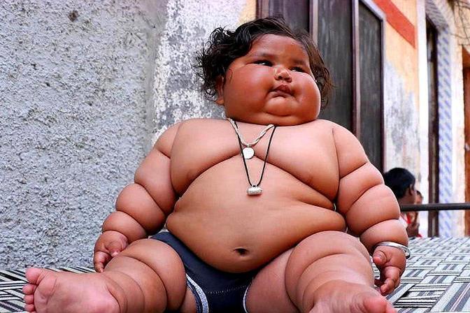 这个8月大婴儿好胖,食量像个10岁的小孩,还要一整天不停地吃