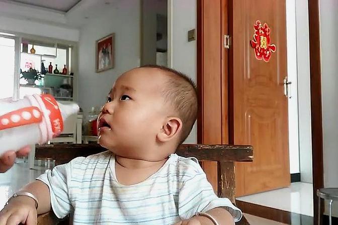 妈妈给不喝奶粉的宝宝喝酸奶,没想到是这样的结果