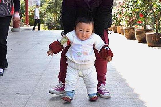 宝宝什么时候学走路合适?太早影响骨骼发育,这个年龄最合适