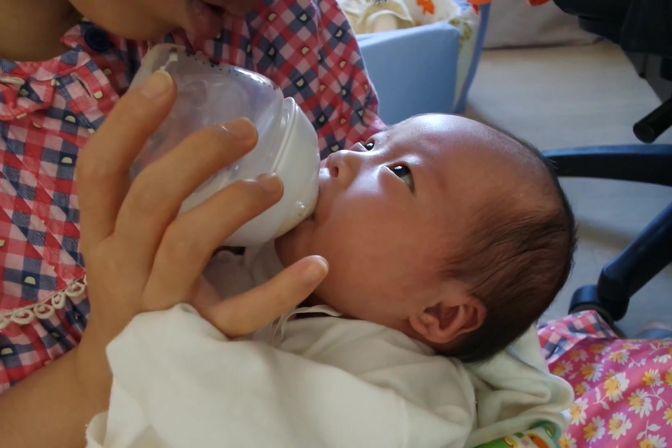 哭闹的宝宝在喝到奶的时候就停止了哭泣,变脸速度可以呀