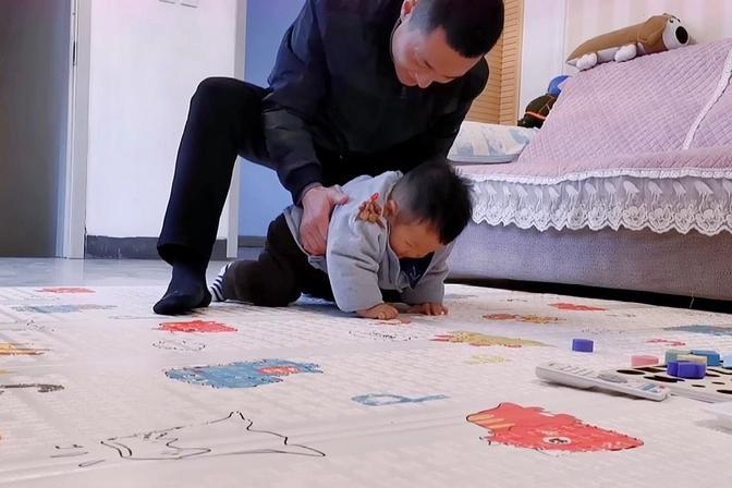 1岁宝宝不会爬不会走,爸爸妈妈们有没有这样的苦恼?