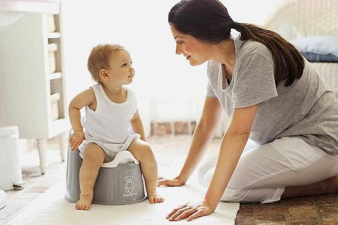 宝宝有这5种表现,宝妈就可以用这4招,开始锻炼他独立上厕所了!