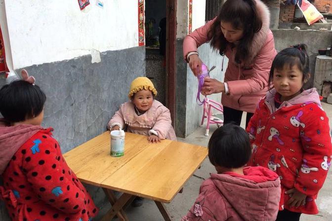 1岁半宝宝不喝奶粉,妈妈愁坏了,3个姐姐想了啥法?看看能行不