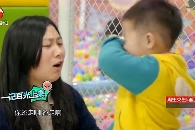 超级育儿师:熊孩子游乐场里咬人,妈妈上手就是一巴掌,太狠了!