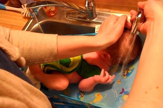 国外妈妈给宝宝洗澡是这样式的,直接用水龙头浇头,我也是服了