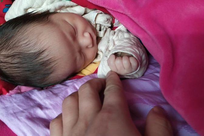 27天的小宝宝吃完母乳就睡觉,一天一变样,越长越漂亮啦