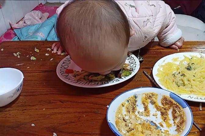 16个月宝宝参观完猪舍后,回来吃饭就这样了!经过说服教育才改正
