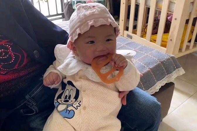 【六个月宝宝要长牙了吗?】乖宝宝贪吃牙胶,不给吃哇哇大叫!