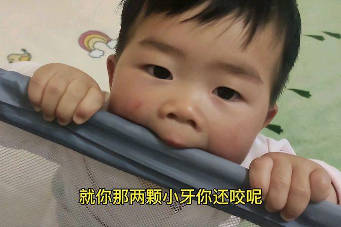 宝宝九个多月了还不会爬,就喜欢头抵床上撅屁股玩,笑人