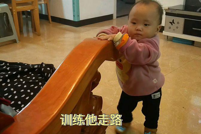 萌娃一岁一个月还不会走路,急坏家人了,看妈妈怎么引导他走路的