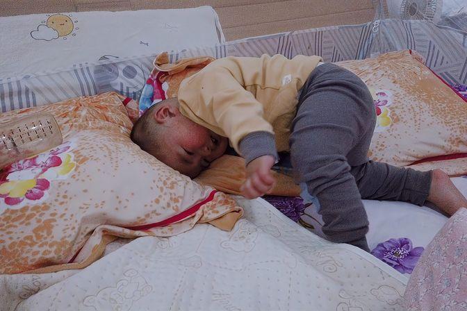 11个月宝宝还不怎么会爬,起身只会用头拱,宝妈太犯愁