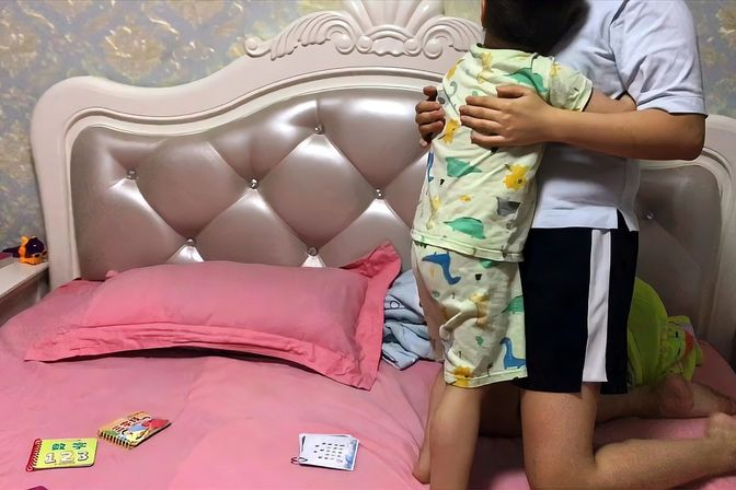 3岁儿子太粘妈,每天睡觉都要哄,还让爸爸出去睡爸爸太郁闷!