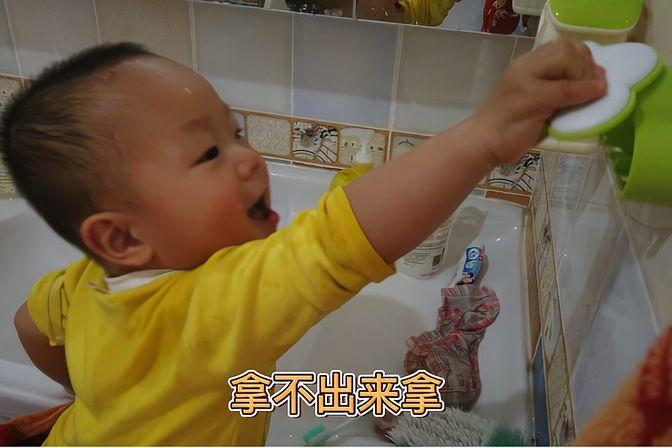这么大的孩子回家非要玩水,自己开水龙头,洗脸,洗头,搽脸