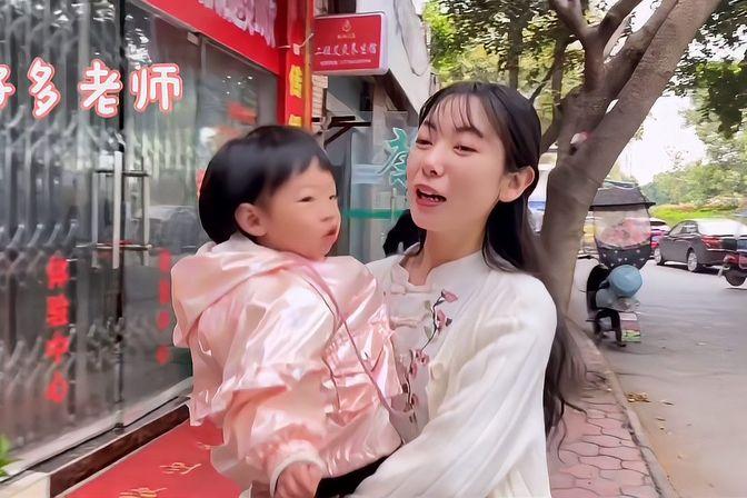 女儿上幼儿园的第一天,接她放学时看到妈妈兴奋的样子!