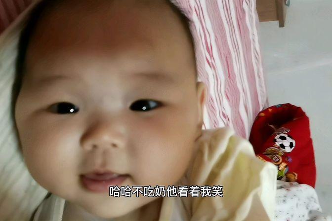 宝宝不好好吃奶,看着妈妈傻笑,真可爱