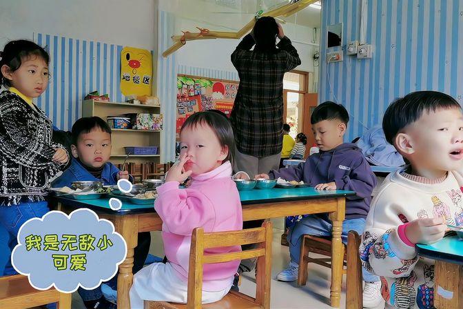 萌娃在幼儿园里吃饭,各有各样,真是太可爱了