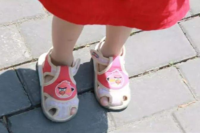 """孩子总是""""穿反鞋"""",老人说有""""讲究""""?家长要了解4个原因"""