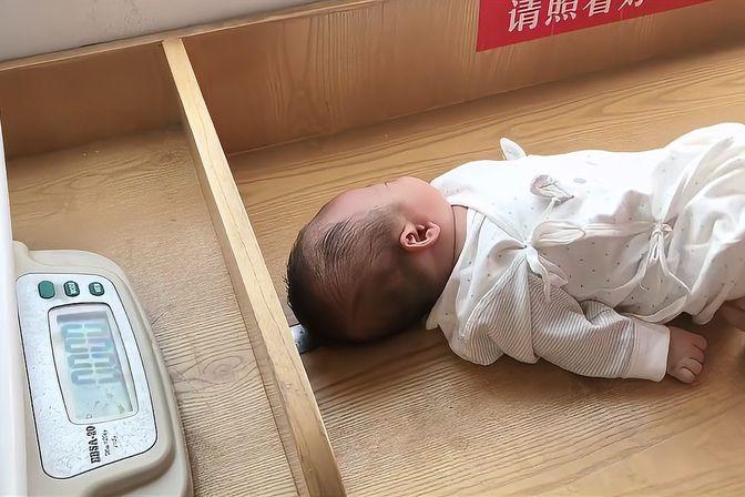 宝宝鼻泪管堵塞老是流泪,今天去做体检,医生让我们这样做