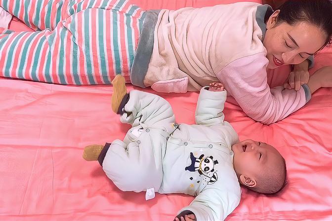 妈妈在教宝宝翻身,哈哈...你们家宝宝多大会翻身呢?