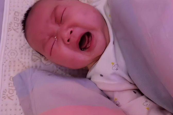 四个多月的宝宝从小脾气就不好,动不动就哭,看看又开始哭了