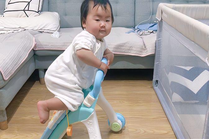一岁宝宝一旦学会攀爬,就停止在地面活动,不要低估他们的战斗力