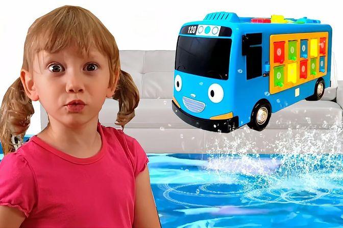 宝宝洗手忘关水龙头,水流把家里都淹没了,她该如何救援小汽车呢