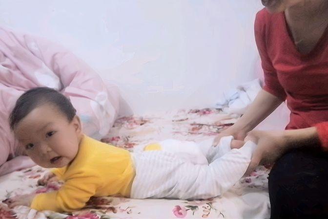 宝宝快8个月了还不会爬,这孩子真是无法教,妈妈快要崩溃了