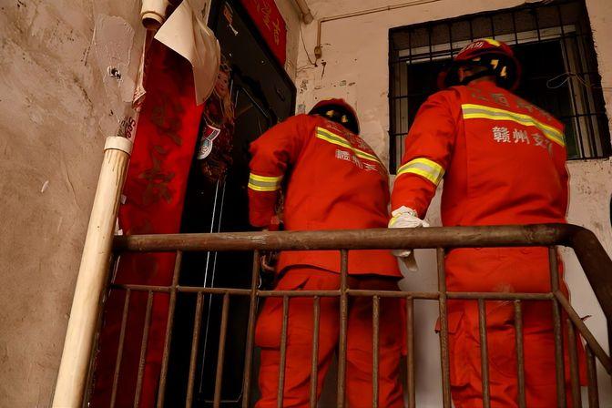 5岁男孩不愿上学将自己反锁家中 消防员破门助力上学