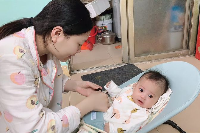 女宝2个半月睡觉老是摇动手一摇动手就醒什么原因