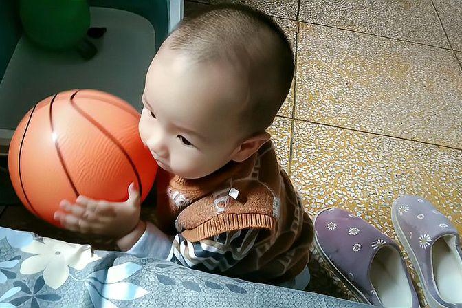 宝宝一周岁体检,身高体重标准,但头围偏大