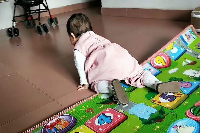 一岁小宝宝会爬走后已无法控制,一定要往地上爬,垫子就是个摆设