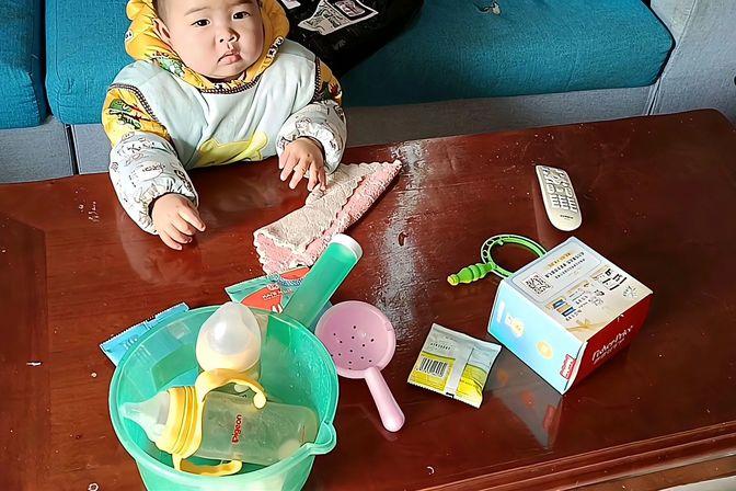 一岁宝宝还不敢走路,看看爸爸是怎样引导宝宝,成功的走出第一步