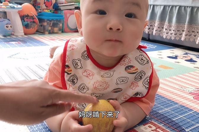 八个月宝宝太懒了,连爬都不会,只有这样才能爬几步。