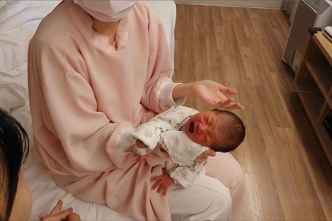 新生儿吃奶总是吃吃停停,吃不饱,护士现场告诉你怎么办
