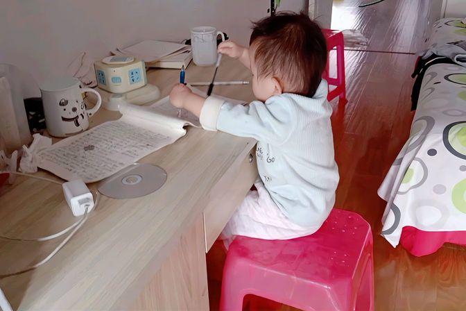 一周半的宝宝今天开始学习写字,看看怎么回事,会不会写