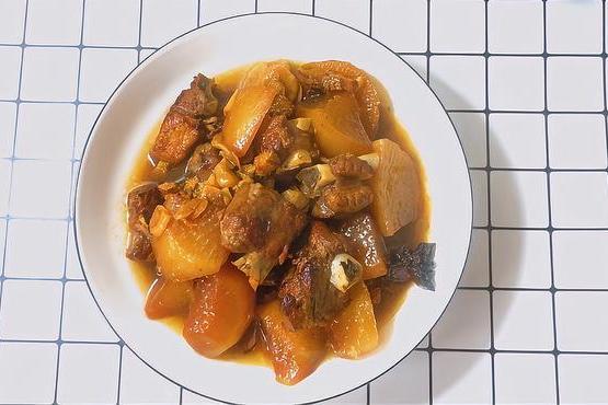 秋天天气干燥,多给孩子吃萝卜烧排骨,排骨鲜嫩。萝卜入口即化