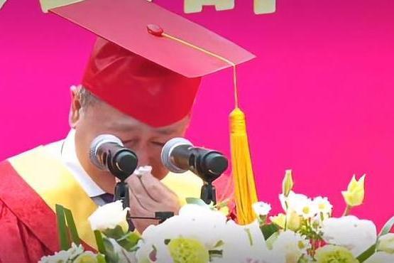 追忆因公殉职年轻校友,中南财大校长毕业典礼上几度哽咽落泪
